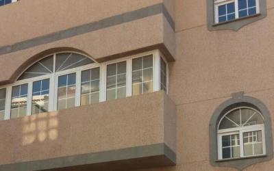 Edificio de 3 plantas con local y garaje en Vecindario.